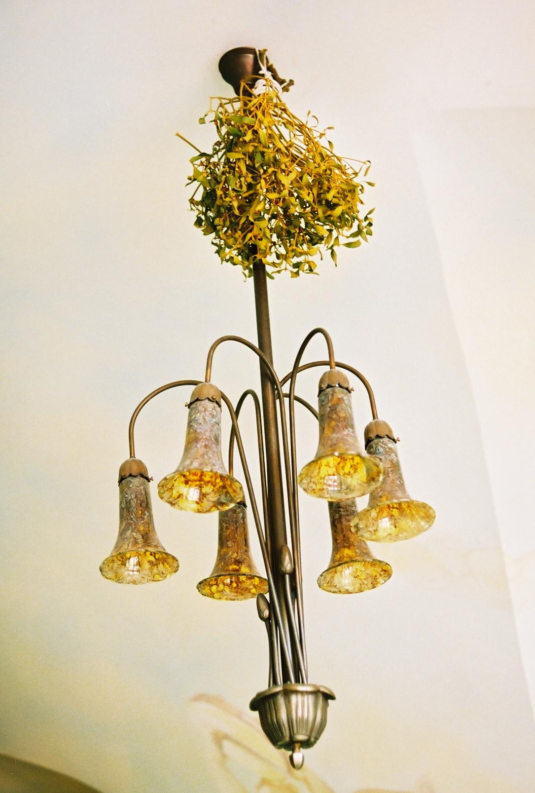 Кованые люстры и светильники